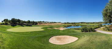 高尔夫球场砂槽和衣领的全景 库存照片