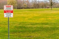 高尔夫球场闭合的标志 免版税库存照片