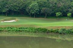高尔夫球场附近的湖 免版税图库摄影