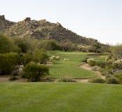 高尔夫球场风景沙漠山风景视图 免版税库存照片
