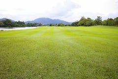 高尔夫球场绿草领域和盐水湖 库存照片