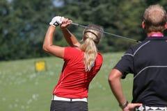 高尔夫球夫人摇摆 免版税库存图片