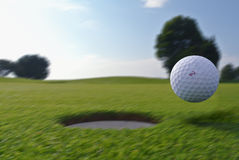 高尔夫球孔和球 库存照片