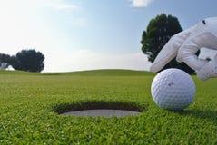高尔夫球孔和球 库存图片