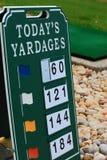 高尔夫球开车范围立方码标志 免版税库存图片