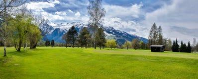 高尔夫球手段全景与村庄的 免版税图库摄影