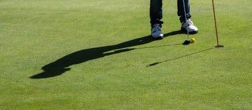 高尔夫球投入 库存图片