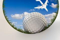 高尔夫球接近的孔 免版税库存图片
