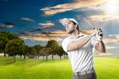 高尔夫球查出的球员射击工作室 免版税图库摄影
