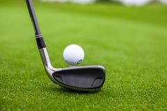 高尔夫球棍子和球在绿草 库存图片