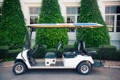 高尔夫球汽车准备好服务在庭院里 库存图片