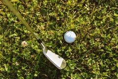 高尔夫球特写镜头与高尔夫俱乐部的在发球区域前 免版税库存图片