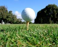 高尔夫球球击发球区域 免版税库存照片
