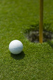 高尔夫球绿色放置 免版税库存照片