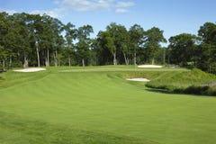 高尔夫球航路和绿色与地堡 免版税库存照片