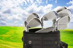 高尔夫球袋和天空 免版税库存图片