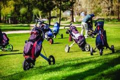 高尔夫球袋,在高尔夫球袋的高尔夫俱乐部在航路 免版税图库摄影