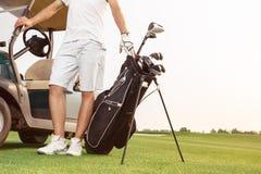 高尔夫球运动员为他的下场比赛做准备 图库摄影