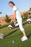 高尔夫球运动员俏丽的妇女 库存照片