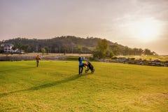 高尔夫球运动员和他的小型运车 免版税库存图片