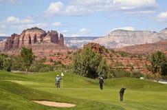 高尔夫球运动员在Sedona的著名孔10轻轻一击 免版税库存图片