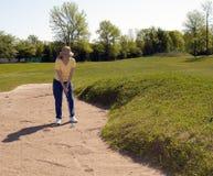 高尔夫球运动员夫人补偿冲程 免版税库存照片