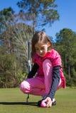 高尔夫球运动员女孩 免版税库存图片