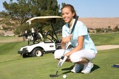 高尔夫球运动员妇女 免版税图库摄影
