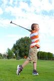 高尔夫球运动员年轻人 免版税库存照片