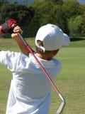高尔夫球运动员年轻人 免版税库存图片