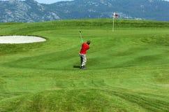 高尔夫球运动员年轻人 库存图片