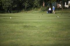 高尔夫球运动员成熟夫妇  图库摄影