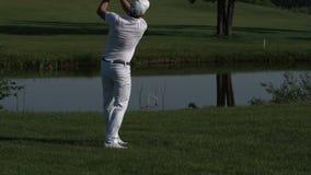 高尔夫球运动员执行从航路的一次高尔夫球球击 影视素材