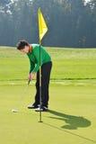 高尔夫球运动员投入 库存图片