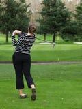 高尔夫球运动员摇摆妇女 图库摄影