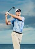 高尔夫球运动员摇摆的高尔夫俱乐部 库存照片