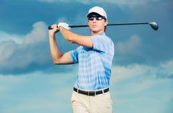 高尔夫球运动员摇摆的高尔夫俱乐部 库存图片
