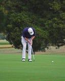 高尔夫球运动员放置 免版税库存图片