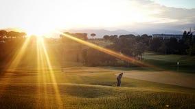 高尔夫球运动员日落 免版税库存照片