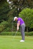 高尔夫球运动员楔子射击 免版税库存图片