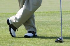 高尔夫球运动员等待 免版税库存照片