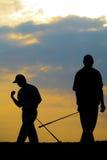 高尔夫球运动员触击 免版税库存图片