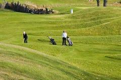 高尔夫球运动员走的妇女 免版税图库摄影