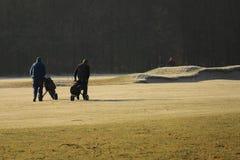 高尔夫球运动员走的高尔夫球场在冬天 免版税库存图片