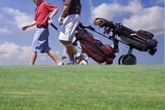 高尔夫球运动员走 库存图片