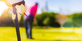 高尔夫球运动员递和倾斜在高尔夫俱乐部的手套 免版税图库摄影