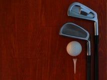 高尔夫球运动员,投入血块运动器材做第1木种族 免版税库存照片