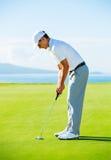 高尔夫球运动员绿色放置 免版税图库摄影