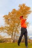 高尔夫球运动员从驱动进行到底 免版税库存照片