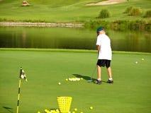 年轻高尔夫球运动员 免版税库存照片